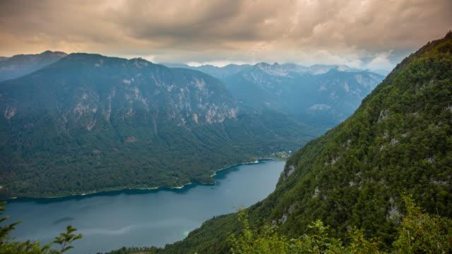 stockvideo's en b-roll-footage met t/l cloudscape over het meer bohinj en julian alpen - julian alps