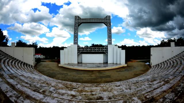 stockvideo's en b-roll-footage met bewolkt op structuur gebouwen time lapse - hd format