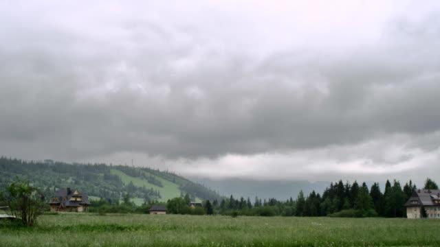 einem wolkigen tag in bergen - bedeckter himmel stock-videos und b-roll-filmmaterial