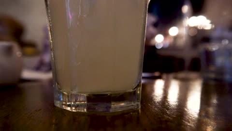 grumlig lemonad moody varmt ljus klara glasögon - varmt ljus bildbanksvideor och videomaterial från bakom kulisserna