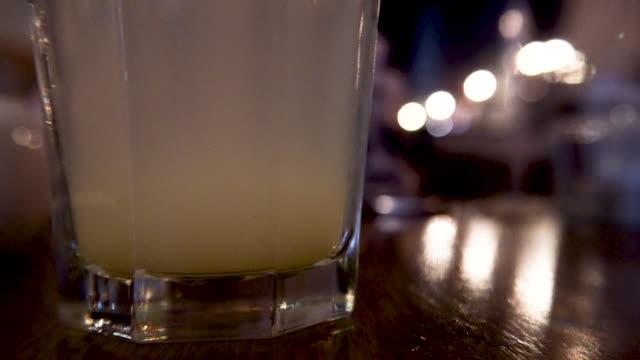 grumlig lemonad moody varmt ljus - varmt ljus bildbanksvideor och videomaterial från bakom kulisserna