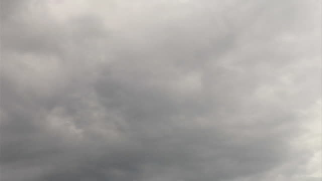 vídeos de stock, filmes e b-roll de céu nublado-se em movimento o tempo - overcast