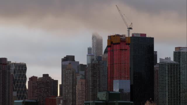 stockvideo's en b-roll-footage met cloudy sky over manhattan - establishing shot