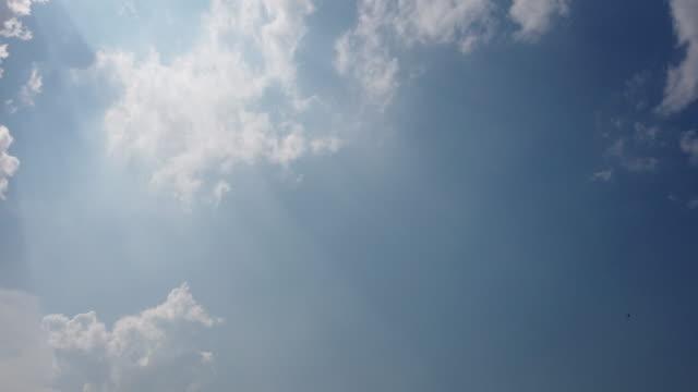 vidéos et rushes de ciel nuageux 4k tl avec des rayons du soleil - cumulonimbus