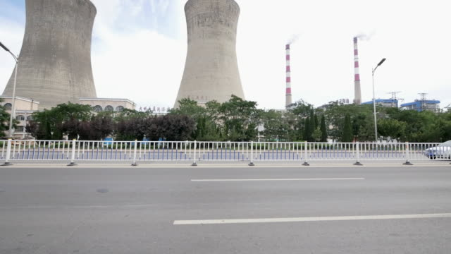 Bewölkt skyline der Stadt und Verkehr auf der Vorstadt Straße durch power plant durch Fenster von beweglichen Wagen 4 K