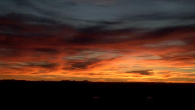 vídeos de stock, filmes e b-roll de cloudy sunset, timelapse - horizonte