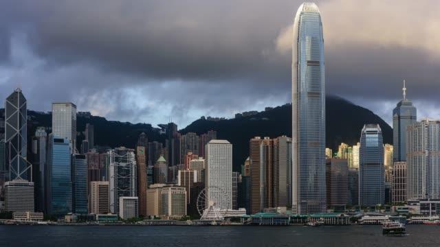 vídeos de stock e filmes b-roll de a cloudy view of the ifc center with cityscape in hong kong island, hong kong - overcast