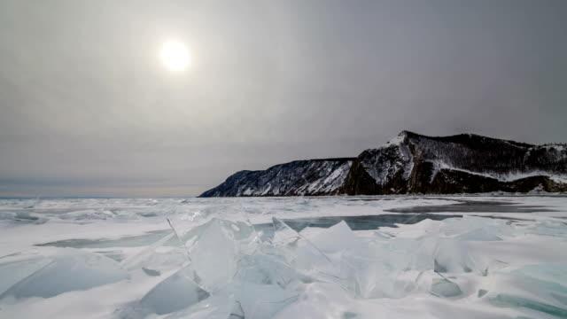 vídeos de stock, filmes e b-roll de cloudy winter day at lake baikal. timelapse - pingente de gelo