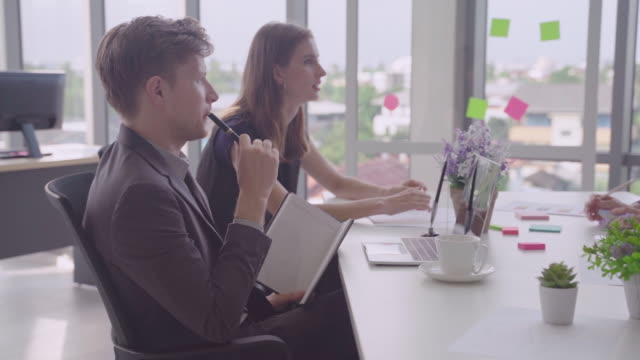 ビジネスマンがビジネスパートナーと話したり、会議でスターについて話したり会ったりする。パートナーの概念、ブレーンストーミング会議、ビジネス開発 - 討論点の映像素材/bロール
