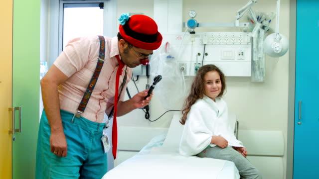 Clown amuses Das Mädchen in hospital