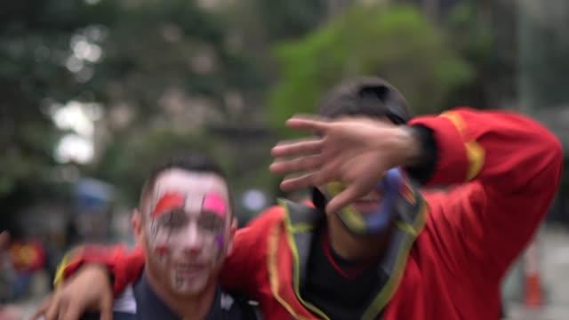 vídeos de stock e filmes b-roll de clown makes funny face - vestir se
