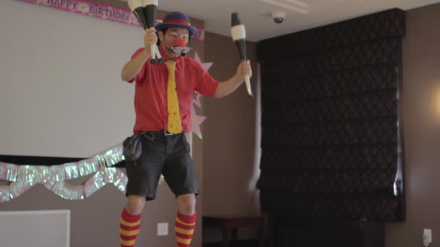 stockvideo's en b-roll-footage met ms clown showing funny performances to childerns / new york, united states  - feestmuts