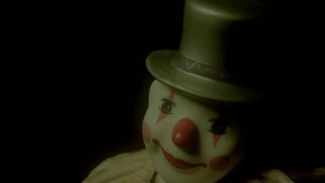 stockvideo's en b-roll-footage met clown toy dancing - angst