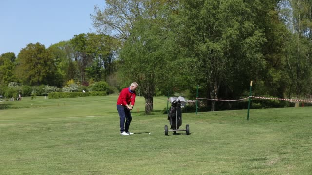 club president, ralph bünning at the bremer switzerland golf club during the coronavirus crisis on may 6, 2020 in bremen, germany. the club's golf... - ansteckende krankheit stock-videos und b-roll-filmmaterial