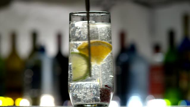 vídeos de stock, filmes e b-roll de club soda cocktail - drink
