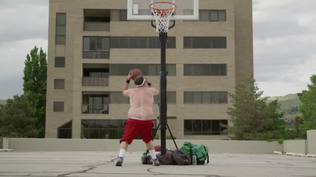 vídeos y material grabado en eventos de stock de ws clumsy man playing basketball / salt lake city, utah, usa. - fracaso