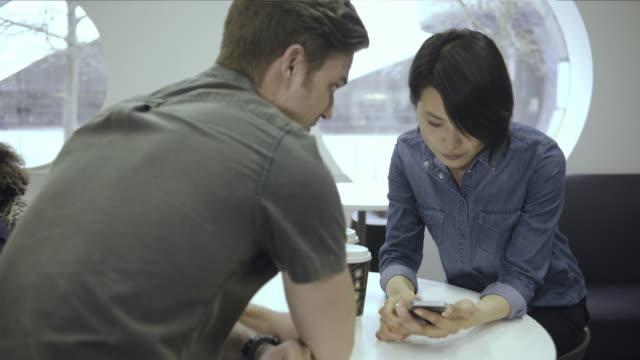 co workers meeting in cafe - mittellanges haar stock-videos und b-roll-filmmaterial