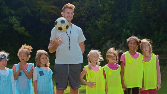 stockvideo's en b-roll-footage met coach en zijn twee meisjes 'kleine competitie voetbalteams - sportteam