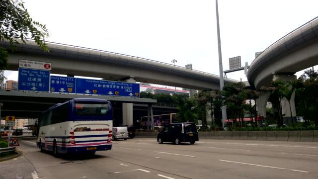 Buss resa med hög hastighet på motorväg