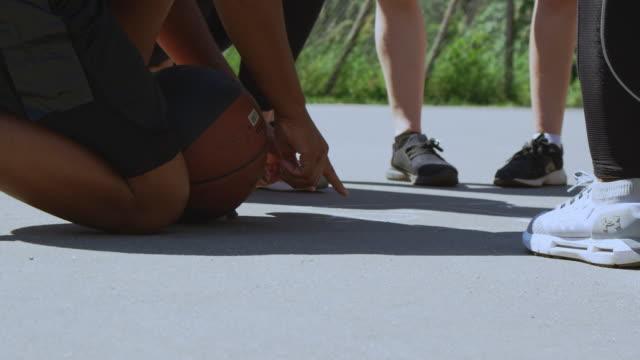 vidéos et rushes de entraîneur discutant du plan de jeu avec l'équipe sur le terrain - streetball