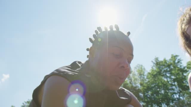 vidéos et rushes de entraîneur expliquant le plan de jeu au joueur de basket-ball - streetball