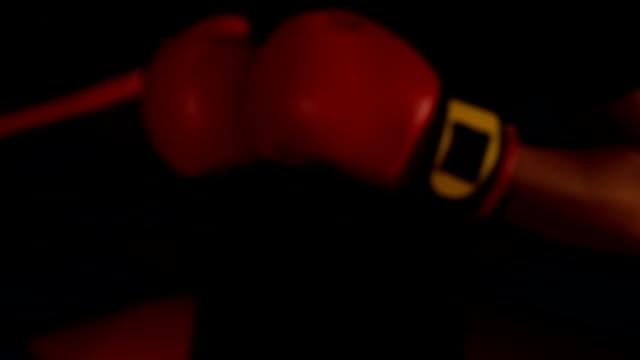 コーチは戦いのために若いボクサーを準備します - ボクシンググローブ点の映像素材/bロール