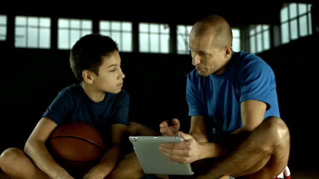 stockvideo's en b-roll-footage met hd dolly: coach showing basketball attack strategies - trainer