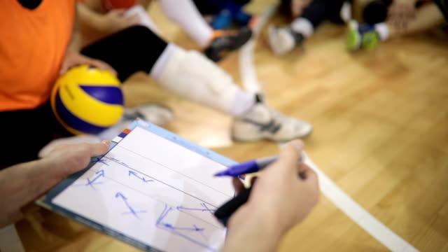 trainer sprechen taktiken - volleyball spielball stock-videos und b-roll-filmmaterial