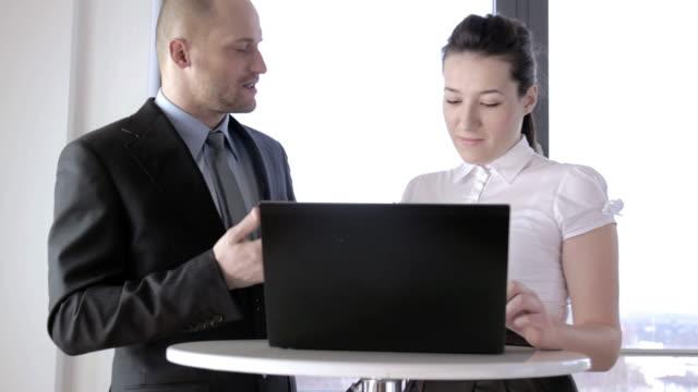 vídeos de stock, filmes e b-roll de treinador ensina negócios - acordo