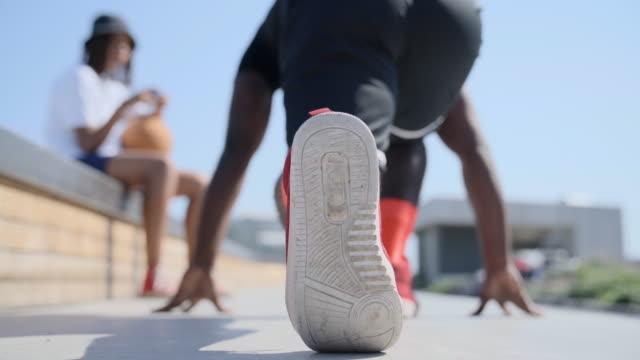vídeos de stock, filmes e b-roll de coach timimg a runner's start - tênis calçados esportivos