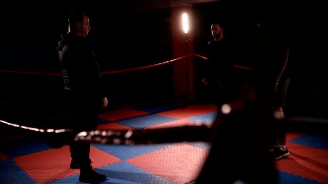 vídeos de stock, filmes e b-roll de treinador assistindo kickboxers em treinamento - posição de combate