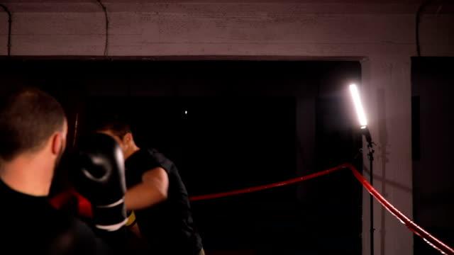 vídeos de stock, filmes e b-roll de treinador assistindo homens chute caixa conservadora - posição de combate