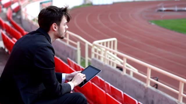 観覧席のトレーニングを見ているコーチ - インストラクター点の映像素材/bロール