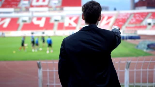 コーチのトレーニングを見て - スタンド席点の映像素材/bロール