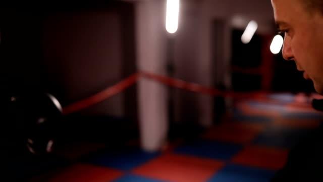 vídeos de stock, filmes e b-roll de treinador assistindo dois kickboxers prática poupando - posição de combate