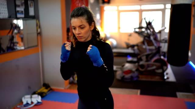 vídeos de stock, filmes e b-roll de treinador com aluno em treinamento de boxe - posição de combate