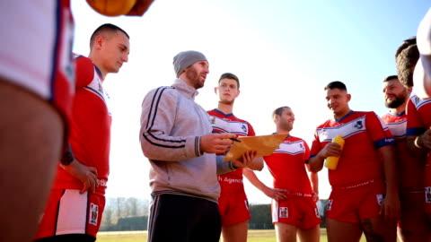 vídeos de stock e filmes b-roll de coaching rugby players on the field - râguebi desporto