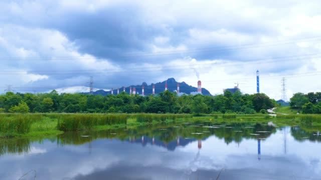 石炭燃焼発電所 - トラッキング ショット - 発電所点の映像素材/bロール