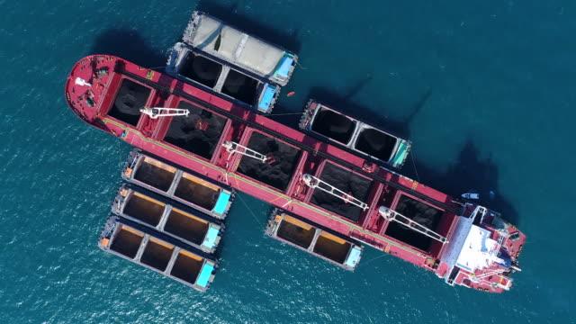 vídeos y material grabado en eventos de stock de buque de carga de carbón que trabaja en el mar - dársena