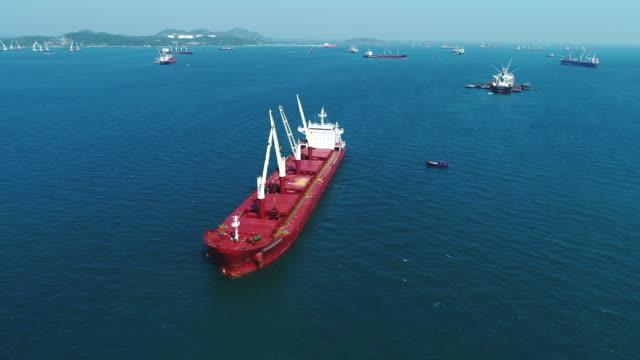 海で働く石炭貨物船 - はしけ点の映像素材/bロール