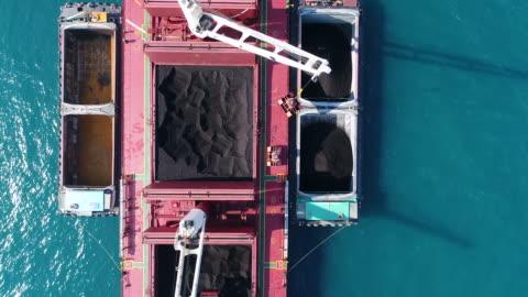 vidéos et rushes de cargo de charbon travaillant dans la mer - décharger