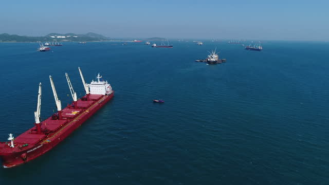kohlefrachtschiff im meer - eisenerz stock-videos und b-roll-filmmaterial