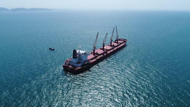 vidéos et rushes de cargo de charbon travaillant dans la mer - être ancré