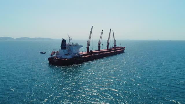 海で働く石炭貨物船 - 鉄点の映像素材/bロール