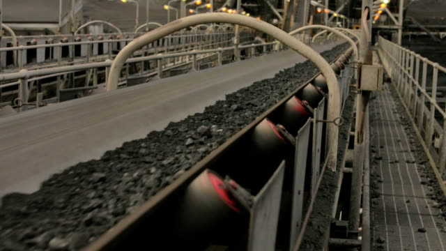 stockvideo's en b-roll-footage met coal conveyor - lopende band