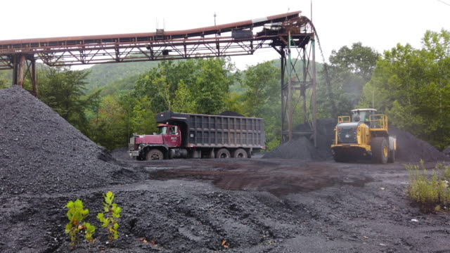 vidéos et rushes de coal falls off a conveyor belt as it is prepared for shipping at mine on august 26, 2019 near cumberland, kentucky. eastern kentucky, once littered... - coal