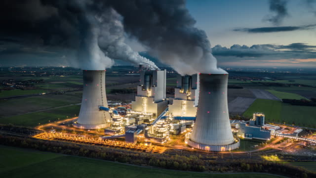 vídeos de stock e filmes b-roll de coal fired power station - hyperlapse - gas station