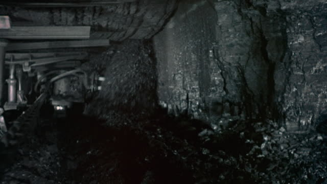 vidéos et rushes de montage coal flowing in underground cave and miner working in the mine / nottinghamshire, england, united kingdom - mineur de charbon