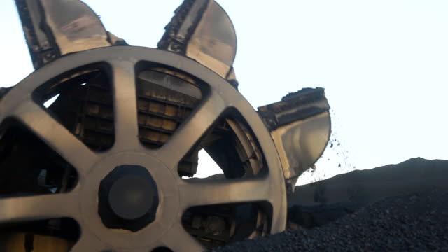 vídeos de stock, filmes e b-roll de mina de carvão em uma roda de caçamba em um carvão - balde