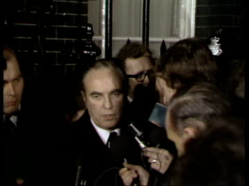 vídeos y material grabado en eventos de stock de miners pay dispute: talks at number 10; england: london: downing street: ext / night sir sidney greene speaking to press outside number 10 sot - on... - semana